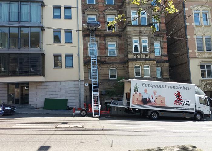 Möbillift und LKW bei einem Umzug in der Innenstadt