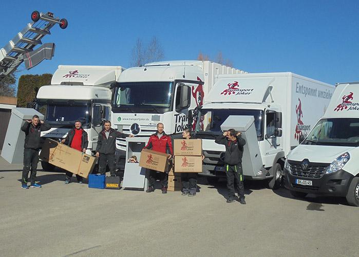 Umzugsmitarbeiter vor LKWs bei einem internationalen Umzug