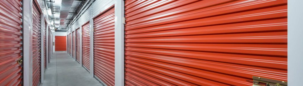 Geschlossene Türen eines Mietlagers