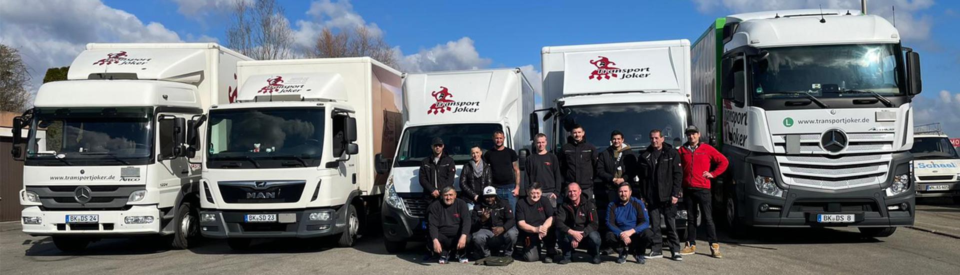 Umzug-LKWs mit Umzug-Mitarbeitern von Transport Joker