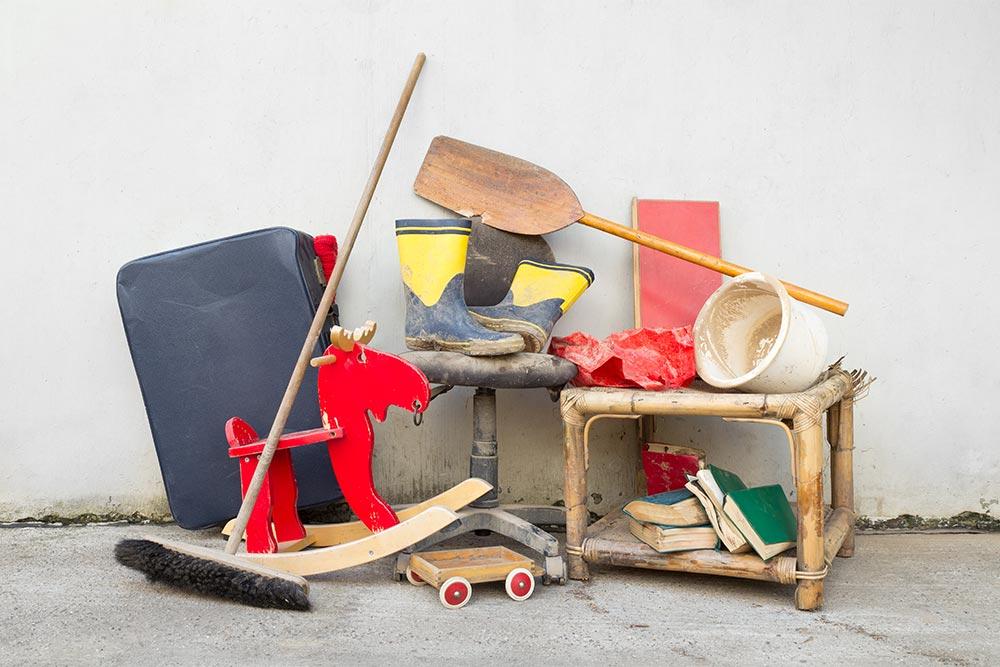 Gegenstände zum Entsorgen nach dem Keller entrümpeln