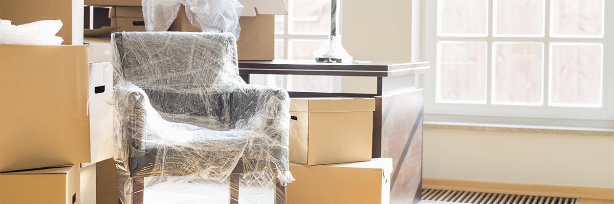 Verpackte Möbel als Symbol für Fehler bei der Einlagerung von Möbeln
