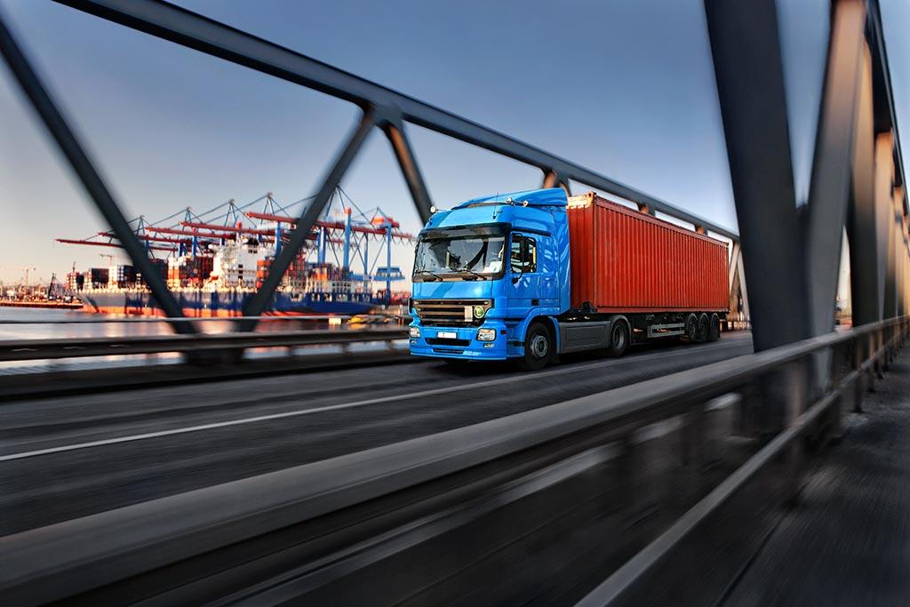 LKW transportiert Container
